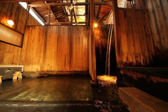 東屋の滝風呂(公式HPより)
